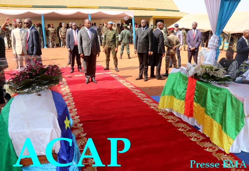 Le président F.A TOUADERA en train de s'incliner devant les deux dépouilles des FACA le 16 jan 2020 à Bangui