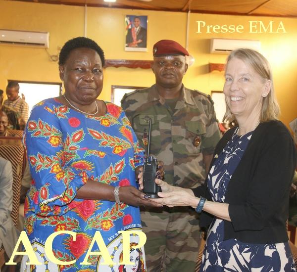Madame M.N KOYARA réceptionne symboliquement des mains de madame L.TAMLYN, un appareil des transmissions en présence du général A.SERVICE  le 11 Fev 2020