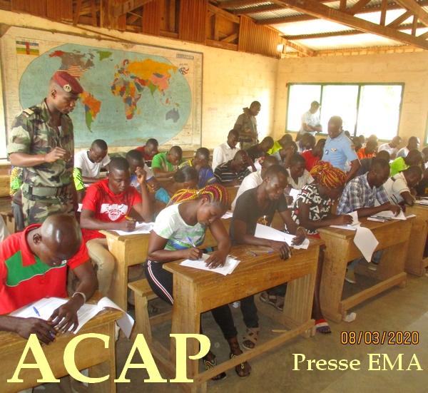 les candidats en pleine composition sous la surveillance d'un cadre des FACA le 08 mars 20 à Bossangoa