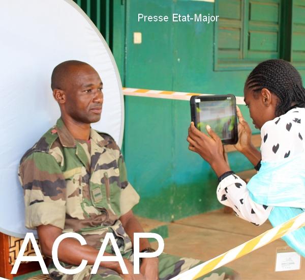 Un élément des forces armées centrafricaines en train d'etre filmé par un agent de l'ANE à Bangui le 8 Juillet 2020