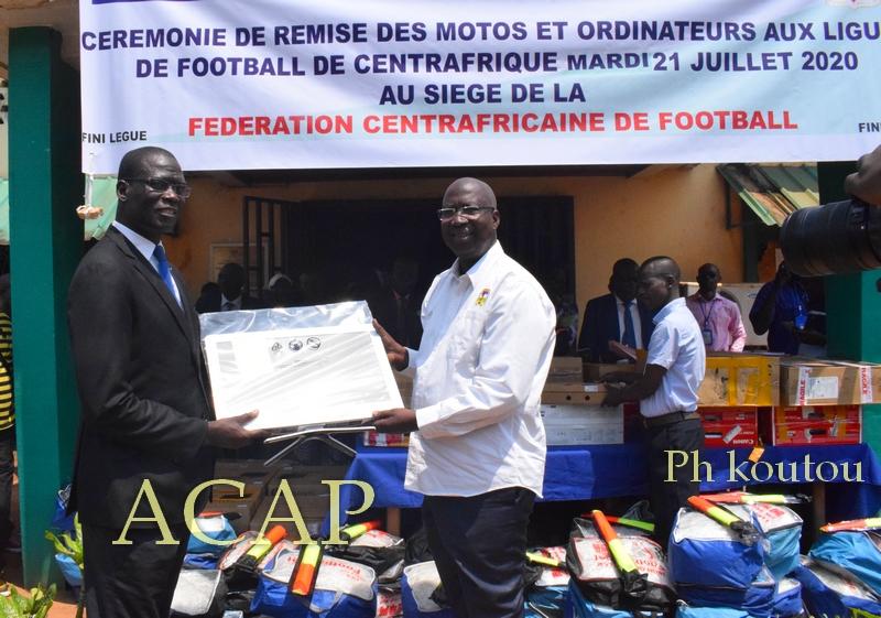 Remise des équipements sportifs aux responsables de football de Centrafrique