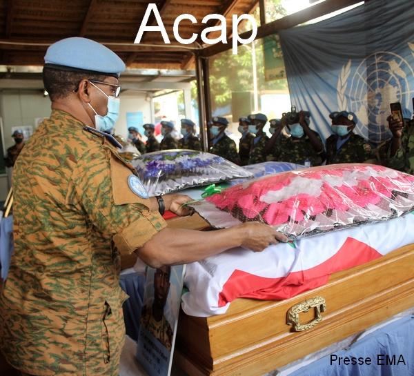 Le Général D.S TRAORE, comforce de la MINUSCA deposant les gerbes sur une dépouille à bangui le 05 01 2021