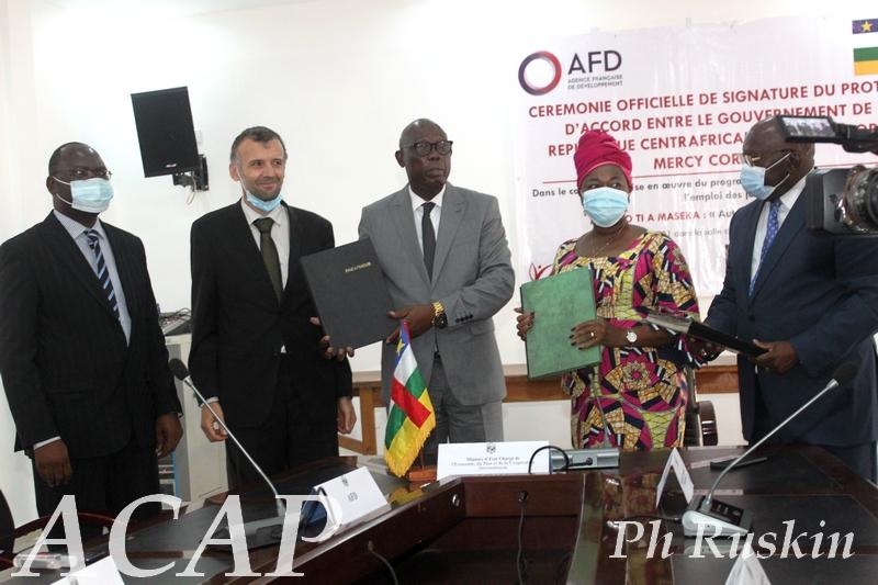 Signature d'un protocole d'accord du programme de formation et emploi des jeunes