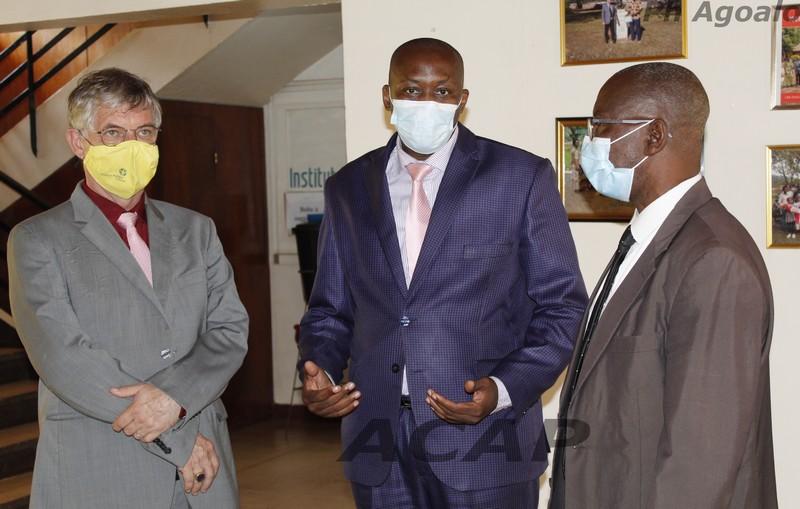 Le  ministre de la Communication visite l'Institut Pasteur et le Laboratoire national