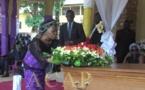 La veuve Pouzère déposant une gerbe de fleurs sur le cercueil de son défunt mari