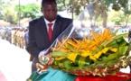 Le président Faustin Archange Touadéra déposant une gerbe de fleurs sur le cercueil du Colonel Aimé Banga