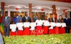 """Photo de famille des officiels avec les élèves bénéficiaires du """"prix d'Ambassadeur de Chine"""""""