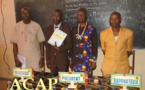 Un capitaine de l'armée centrafricaine soutient son rapport de stage après une formation en journalisme