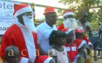 Les enfants du village Liton reçoivent des jouets pour la fête de Noël
