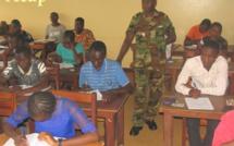 les candidats en train de composer, avec un cadre militaire au centre