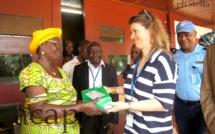 Mme Julie Ewango Ndouwa recevant le matériel remis par le PNUD