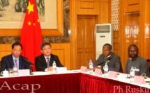 Le Vice-gouverneur Dejin Li à gauche de l'Ambassadeur Chen Dong