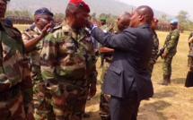 Le président F.A TOUADERA entrain de remettre les épaulettes au général de division Z. MAMADOU